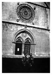 i gemelli Addo e Francesco - Assisi 1937 (dindolina) Tags: photo fotografia blackandwhite bw biancoenero monochrome monocromo vintage 1930s annitrenta italy italia gemelli twins family famiglia vignato chiesa church rosone umbria assisi basilicadisanfrancesco thirties 1937