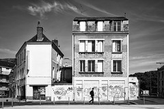 Like a movie set fighting to remain standing (Vanvan_fr) Tags: monochrome nb bw blackandwhite noiretblanc street rue streetphotography urban urbain house maison graff graffiti tags individu person personne bâtiments buildings ville tours city tourscity carlzeiss zeiss distagon distagon352zf distagon352zf2 nikon df nikondf 35mm fullframe france photo