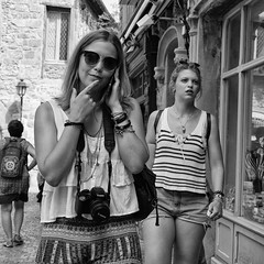 Waiting for an answer (Jorge_Soriano) Tags: streetphotography streetportrait glasses outfit fotógrafos generos retratosdecalle