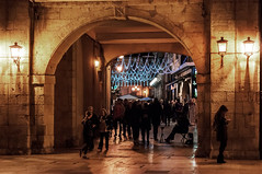 Oviedo, el arco del Ayuntamiento (ccc.39) Tags: oviedo asturias ayuntamiento arco cimadevilla urbana ciudad noche nocturna fiesta luces grupos calle