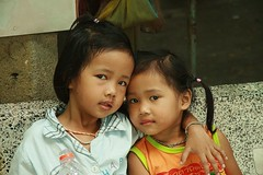 sisters on a bench (the foreign photographer - ฝรั่งถ่) Tags: two sisters cement bench khlong thanon portraits bangkhen bangkok thailand canon kiss children girls