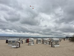 Wolkenwelten (Sockenhummel) Tags: usedom insel strand ahlbeck mecklenburg wolken balticsea ostsee strandkörbe iphone himmel clouds