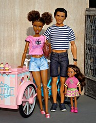 Happy family (Deejay Bafaroy) Tags: barbie mattel doll puppe dolls puppen madetomove mtm sunny sonnig outdoors draussen ken male homme chelsea girl mädchen child kid kind asha black moxiegirlz icecreambike 16 scale playscale miniature miniatur pink rosa blue blau stripes streifen striped gestreift shoes schuhe diorama icecream eis glace family familie
