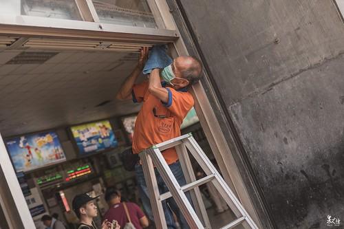 車站的清潔工,仔細看過去,他的同事們,也都是可退休的年紀了。