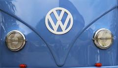 ....VW (jueheu) Tags: vw vwbulli bulli transporter van oldtimer vehicle auto car lampen lampe lamp lamps scheinwerfer blinker wappen markenzeichen ebleme symbol silver silber blau blue hellblau weis spiegelung reflection autogesicht carface rot red orange