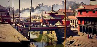NEPAL, Pashupatinath,Hindutempel und Verbrennungsstätte, zahlreiche Feuer brennen an den Surya Ghats, 16370/8678