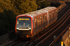 DT5 kurz vor Sonnenuntergang (Lilongwe2007) Tags: hamburg landungsbrücken deutschland ubahn eisenbahn verkehr dt5 züge abendlicht fahrzeuge