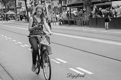 Multitasken. (Digifred.nl) Tags: digifred 2017 nikond500 nederland netherlands holland multitaskenstraat street city grachten streetphotography blackwhite blackandwhite monochrome people portret portrait candid bike cycling bicycle mobilephone cellphone woman girl
