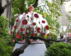 Yayoi Kusama, Pumpkin, 2015 (art_inthecity) Tags: labaladepourlapaix ruesherbrooke montréal montreal canada publicart artpublic sculpture yayoikusama pumpkin citrouille points dots reflet reflection