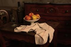 Nature dite morte... mais... non ! (Pi-F) Tags: fruit torchon coupe verre texture éclairage meuble ambiance atelier peintre cézanne aixenprovence france pomme