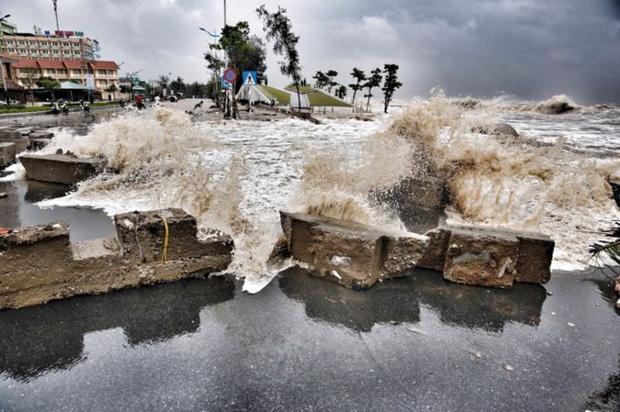 [ẢNH] Bão số 10 vào bờ: Bãi biển Sầm Sơn tan hoang trong sóng dữ - Ảnh 14.