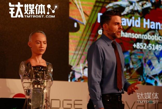 兩年前在鈦媒體首發的女性模擬機器人,成了王力宏的「妻子」現身這期《我是未來》