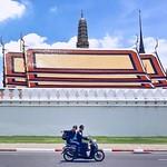 玉佛寺外摩托战士满脸堆笑 Moto soldiers outside Wat Phra Kaew #Thailand #Bangkok #watphrakaew #玉佛寺 #曼谷 #泰国 #onlyphone #travel #trip #onthestreet #phonegraphy thumbnail