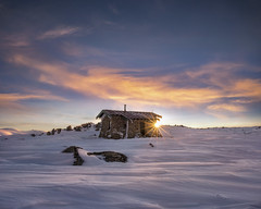 Here comes the sun (Jay Daley) Tags: seamanshut kosciusko mountkosciusko australia nationalpark nsw nikon sunrise sunstar snow hut