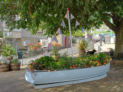 Boat-shaped flowerbed in Criccieth