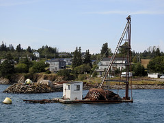 A herring weir driver in North Head's harbour on Grand Manan Island (Bay of Fundy), New Brunswick (Ullysses) Tags: herring weirdriver northhead grandmananisland bayoffundy newbrunswick canada summer été hareng piledriver