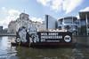 Weil Armut ungenießbar ist. Die NGO ONE fordert die kommende Bundesregierung mit einer Bootsaktion zu ehrgeizigeren Maßnahmen im Kampf gegen Armut (ONE Deutschland) Tags: pl one berlin germany deu armutistungeniesbar mundaufgegenarmut spree reichstag kanzleramt artikelone