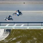 Fahrradfahrer auf der Deutzer Brücke in Köln thumbnail