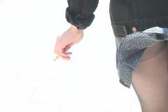 Fumer tue ! Le vent un peu moins... (Pi-F) Tags: paris france rue vent jupe jambe femme bas collant indiscrétion cigarette fumer danger wow