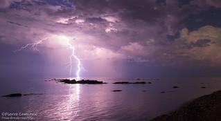 Éclair sur le fleuve / Lightning bolt hits river