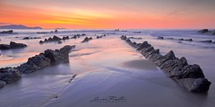 Mar y rocas VI (Jabi Rollán) Tags: mar canon barrika 5d javier rollán agua sea sailor calm water hora naranja