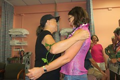 warm greeting (BarryFackler) Tags: southkonaphysicaltherapy southkonaphysicaltherapy10thanniversary celebration party friends physicaltherapy smallbusiness aloha captaincookhawaii kealakekuaranchcenter clinic medicaloffice 2017 happy hawaii southkona polynesia westhawaii hawaiiisland captaincookhi people guest friend hugging hug greeting smile smiling smiles stephanie lei mailelei hat guests indoor
