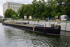 Commercial Boat Hans-Wilhelm (Dave Hamster) Tags: berlin riverspree river spree commercialboat hanswilhelm commercial boat mast