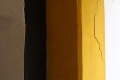 es war ein Riss, der sich quer durch die Welt fortsetzte, in dem die Realität verschwand (raumoberbayern) Tags: yellow white gelb weis braun brown beige licht light schatten lombrage wasserburg urbanfragment abstract minimal robbbilder lines streifen riss fissure