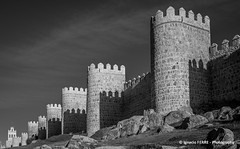 Walls of Ávila (Ignacio Ferre) Tags: ávila comunidaddecastillayleón españa spain ciudad city muralla wall monocromo monocromático monochrome nikon blancoynegro blackwhite edificio building arquitectura romanesque