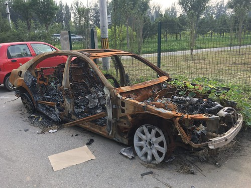 Mercedes W221 burned just outside north/west 5 th ring Beijing