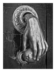 ALDABA   ( Ciudad Rodrigo-España ) (RAMUBA) Tags: aldaba knocker mano hand manzana apple bw blanco y negro o