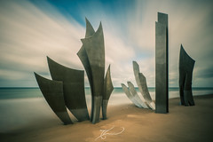 Les Braves - rise of freedom (Thomas Junior Fotografie) Tags: normandie normandy normande sculpture mahnmal lesbraves exploration explorer exploring explore urban urbex ue urbaine urbanexplorer places place photography photoshop light licht lumiere longexposure sony scenery water beach channel wwii dday 1944 june omaha alpha77mii alpha77 sand live hope freedom frieden france