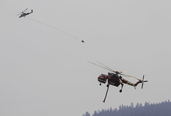 Tandem dips (trifeman) Tags: 2017 summer august california plumas quincy eastquincy plumascounty plumasnationalforest pnf usfs minervafire fire helicopter canon 7d tamron canon7dmarkii tamron150600mm forestfire water sikorsky bambibucket bucket siller sillerhelicopters ch54a skycrane n7095b