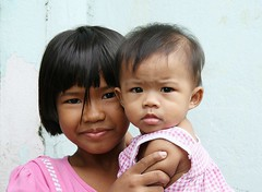 big sister with little sister (the foreign photographer - ฝรั่งถ่) Tags: big little two sisters khlong thanon portraits bangkhen bangkok thailand canon kiss