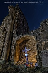 R.I.P. (fotochemaorg) Tags: arquitectura catolicismo cementerio cielo cruz espiritualidad historia iglesia jesucristo materialdepiedra noche nocturna religión ruinas