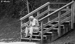 Reading cultivates the spirit. La lectura cultiva el espíritu (A. Muiña) Tags: people gente social street callejero urbana airelibre freshair photography nikon nikond800 byn blackandwhite