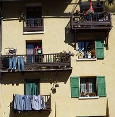 à Guillestre (b.four) Tags: façade facciata housefront laundry bucato lessive guillestre hautesalpes ruby3
