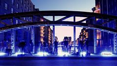 Der Tanz der Fotografen...... (petra.foto busy busy busy) Tags: fotografen fotografieren blueport hamburg nachtaufnahme wasserschlos blau blaueslicht architektur speicherstadt brücke fotopetra canon 5dmarkiii langzeitbelichtung