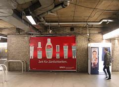 Frankfurter Zärtlichkeit. (universaldilletant) Tags: frankfurt werbung reklame plakat rohr decke fotoautomat