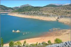 Embalse de los Barrios de Luna - León (Luisa Gila Merino) Tags: embalse losbarriosdeluna león ruinas agua montañas cordilleracantábrica
