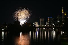 2017 verdunkelte Skyline mit Feuerwerk beim Mainfest (mercatormovens) Tags: feuerwerk mainufer frankfurt nachtaufnahme sykline city main spiegelung mainfest hochhäuser stadtlandschaft