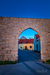 Passez devant/Please go ahead/Gå rakt fram tack (Elf-8) Tags: sweden gotland visby medieval wall gate house architecture sunset warm