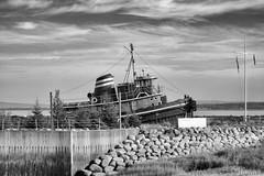 170829-19 Vieux bateau (clamato39) Tags: îleauxcoudres provincedequébec québec canada boat bateau noiretblanc blackandwhite bw monochrome ciel sky clouds nuages