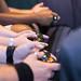 Besucher testen Gaming-Kontroller