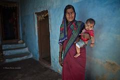 PATTADAKALL : MÈRE ENFANT EN BLEU (pierre.arnoldi) Tags: inde india mèreenfant photographequébécois pierrearnoldi karnataka pattadakall photoderue portraitdefemme photooriginale photocouleur