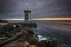 Kermorvan (Tony N.) Tags: france bretagne finistère finistere kermorvan phare lighthouse sea mer seascape rivage shore rocks rochers sky ciel drama d810 vanguard tonyn tonynunkovics