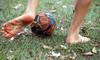 Futebol de Rua (jacinto_udi) Tags: futebol soccer rua grama canon lens lente desfoque light bola ball foot 55250 mm iso kid