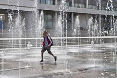 Alegría de verano. (svet.llum) Tags: gente persona chico verano fuente ciudad moscú rusia parque