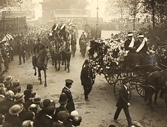 The Late Lord Mayor of Cork : A general view of the procession on the way to Euston (National Library of Ireland on The Commons) Tags: irishpoliticalfiguresphotographiccollection nationallibraryofireland politicalfigured politicalfigures funeral cork lord mayor crowd procession euston flowers london victoriaembankment templeplace victoriaembankmentgardens templestairsarch railings crowds metpolice tram