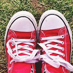 (ameliahamulewicz) Tags: followme follow followforfollow likeforlike dayout green red grass shoes converse redconverse dirtyshoes